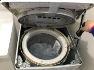 電動ドライバーと専用ブラシで洗濯槽の外側を洗浄します